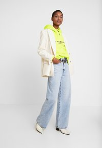 Tommy Hilfiger - HOODIE - Jersey con capucha - hyper yellow - 1