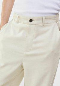Bershka - WIDE FIT - Trousers - sand - 3