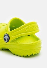 Crocs - CLASSIC - Sandały kąpielowe - lime punch - 5