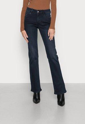 ALEXA NARROWBOOTCUT - Bootcut jeans - dark stone blue black denim