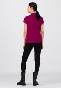 HALLHUBER - Basic T-shirt - cassis - 1