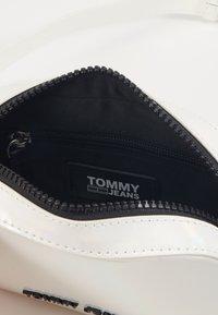 Tommy Jeans - NEW GEN BUMBAG METALLIC - Sac banane - grey - 4