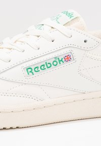 Reebok Classic - CLUB C 85 VINTAGE SOFT LEATHER SHOES - Sneakers basse - chalk/green/white/red - 8