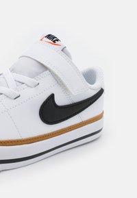Nike Sportswear - COURT LEGACY  - Zapatillas - white/black/desert ochre/light brown - 5