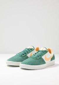 Nike SB - TEAM CLASSIC - Skateschoenen - bicoastal/celestial gold/summit white - 2
