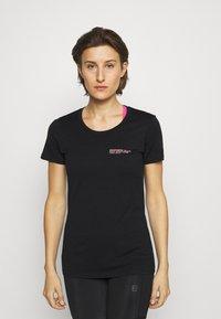Icebreaker - TECH LITE LOW CREWE GROWERS CLUB - T-shirt con stampa - black - 0
