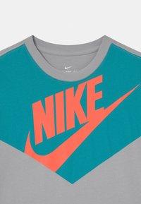 Nike Sportswear - TEE AMPLIFY  - Camiseta estampada - wolf grey/white - 2