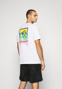 adidas Originals - SPORTS INSPIRED SHORT SLEEVE TEE - T-shirt z nadrukiem - white - 2