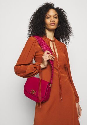 CHAINCROSSBODY - Across body bag - lipssitck