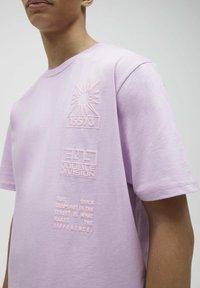 PULL&BEAR - Print T-shirt - dark purple - 4