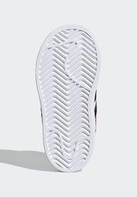 adidas Originals - SUPERSTAR SHOES - Sneakers laag - ftwr white/core black/gold met. - 4