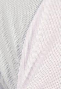 Bershka - MIT RAGLANÄRMEL - T-shirt imprimé - white - 4