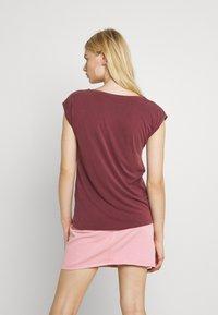 Pieces - PCKAMALA TEE NOOS BC - Basic T-shirt - red mahogany - 2