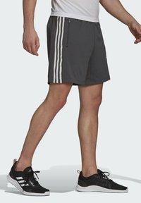adidas Performance - PRIMEBLUE DESIGNED TO MOVE SPORT 3-STRIPES SHORTS - Krótkie spodenki sportowe - grey - 2