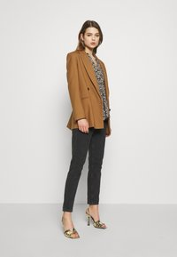 b.young - BYISOLE V NECK BLOUSE - Bluser - black combi - 1
