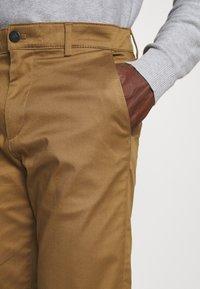 Selected Homme - SLHSTRAIGHT STOKE FLEX PANTS - Chinos - butternut - 4