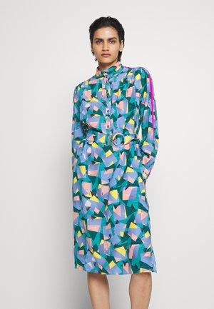 BOLD GEO MOCK NECK DRESS WITH SPORTY - Day dress - green/blue