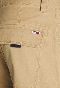 Tommy Jeans - WASHED CARGO - Kraťasy - classic khaki - 6