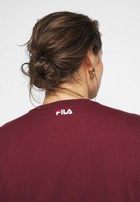 Fila Plus - PURE SHORT SLEEVE - Printtipaita - tawny port - 4