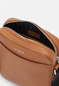 Le Tanneur - EMILE SMALL CROSS BODY BAG - Across body bag - tan/arnica - 3