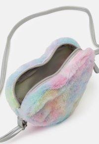 Lindex - BAG RAINBOW HEART UNISEX - Taška spříčným popruhem - light pink - 2