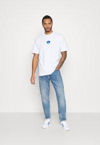 adidas Originals - TREFOIL TEE UNISEX - T-shirts print - white/blue - 1