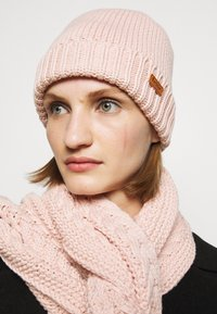 Barbour - CABLE BEANIE SCARF SET - Scarf - pink - 1