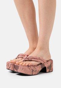 Jeffrey Campbell - LUAU - Sandály s odděleným palcem - pink/rose - 0