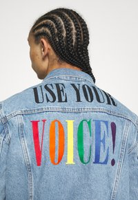 Levi's® - PRIDE THE TRUCKER JACKET - Denim jacket - blue denim - 6