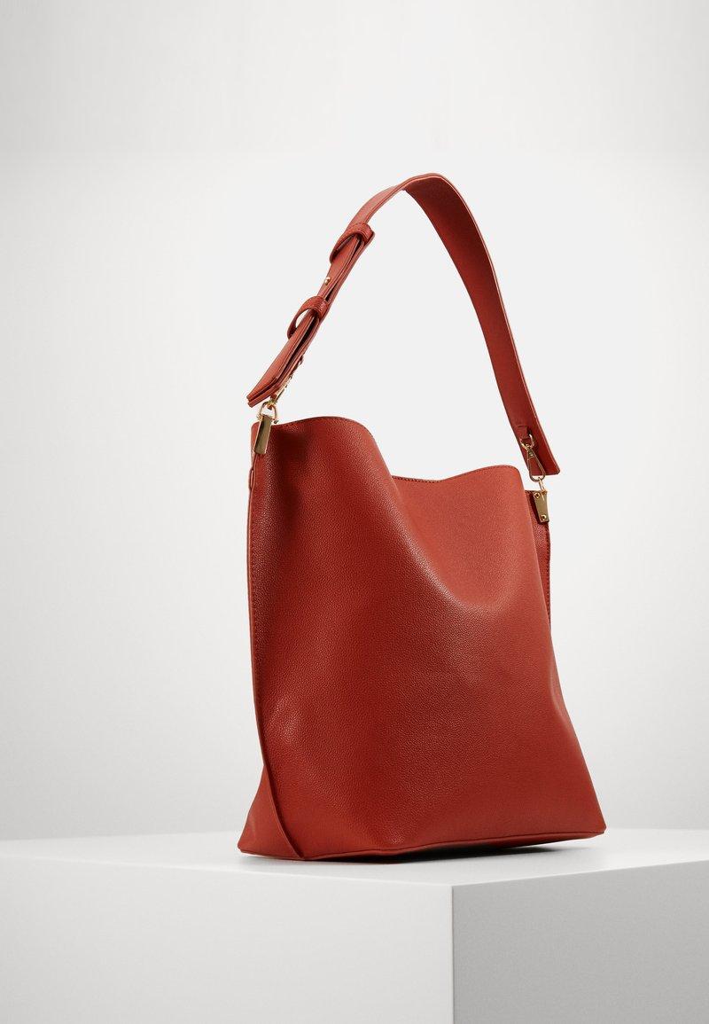 Pieces - PCGLAMMIA SHOPPER KEY - Handbag - apricot orange/gold
