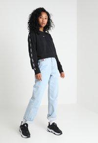 Nike Sportswear - CREW LOGO TAPE - Sweatshirts - black - 1