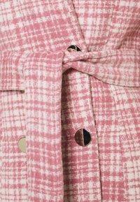 Missguided - BRUSHED CHECK BELTED BLAZER DRESS - Denní šaty - pink - 2