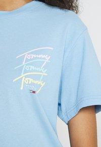 Tommy Jeans - REPEAT SCRIPT TEE - Triko spotiskem - light powdery blue - 5