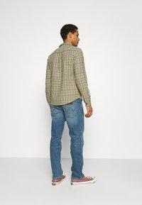 Wrangler - GREENSBORO - Straight leg jeans - blue fever - 2