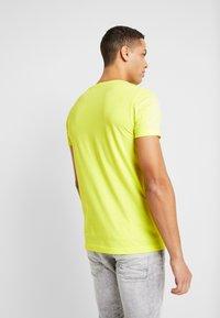 TOM TAILOR DENIM - T-shirt imprimé - neon green - 2