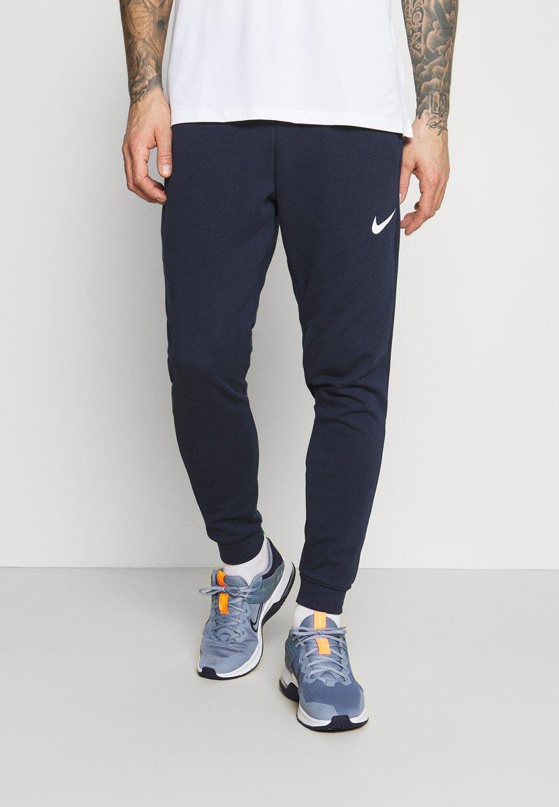 Nike Performance - PANT TAPER - Pantalon de survêtement - obsidian/white