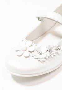 Primigi - Ankle strap ballet pumps - bianco - 2