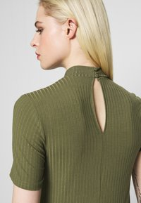 Pieces - PCKYLIE T NECK - T-shirt basic - deep lichen green - 5