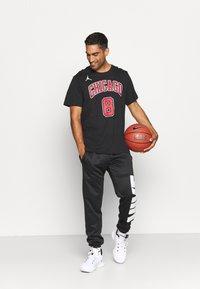 Nike Performance - NBA ZACH LAVINE CHICAGO BULLS STATEMENT NAME NUMBER TEE - Squadra - black - 1