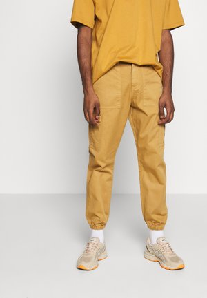 TROUSERS - Pantaloni cargo - sand