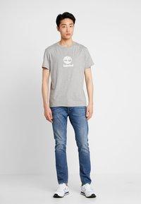 Timberland - STACK LOGO TEE - T-shirt print - medium grey heather - 1