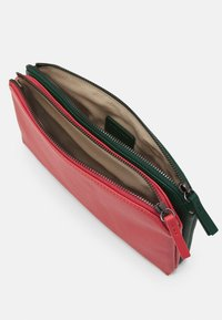 MAX&Co. - DOUBLE - Clutch - bell red/supermarine green - 2