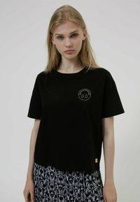HUGO - HUGO x Smiley® DACHELLE  - Print T-shirt - black - 0