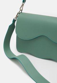 HVISK - ELUDE RESPONSIBLE - Handbag - dusty blue - 4