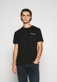 Calvin Klein - POCKET - Print T-shirt - black - 0