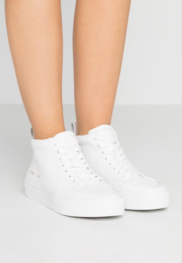 RIVKA - Korkeavartiset tennarit - white