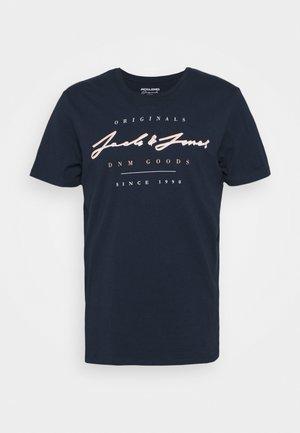 JORMARIUS TEE CREW NECK  - Print T-shirt - navy blazer