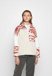 Monki - BELIZE - Sweatshirt - beige/rost - 0