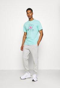 Nike Sportswear - TEE FUTURA TREE - T-shirt med print - tropical twist - 1