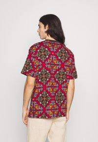 Karl Kani - UNISEX RETRO ORNAMENTAL TEE  - T-shirt print - multicolor - 2